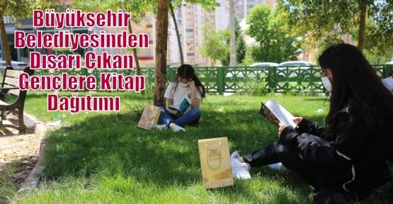Büyükşehir Belediyesinden Dışarı Çıkan Gençlere Kitap Dağıtımı