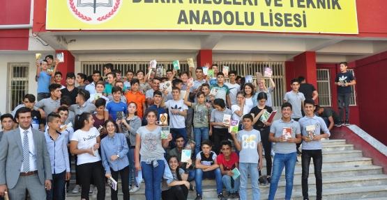 Derik te  530 Öğrenci aynı anda Öğretmenleriyle 1 saat kitap okudu