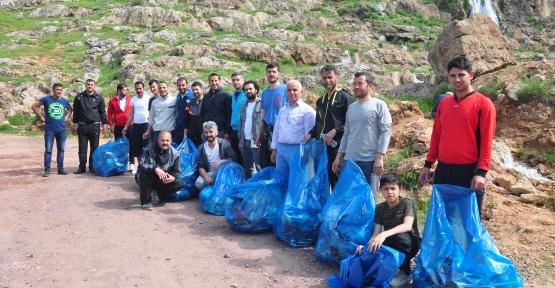 Derik'te İşçi ve Emekçi Dayanışma gününde Gap Şelalesinde çöp topladılar