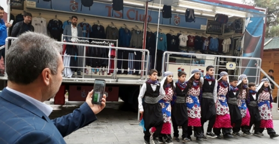 Trabzonspor Store TIR'ına Kızıltepe'de davullu zurnalı karşılama