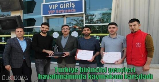Türkiye birincisi gençleri havalimanında kaymakam karşıladı