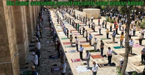 Ulu Camii avlusunda sosyal mesafeli cuma namazı kılındı